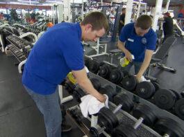 empleado de limpieza trabajadores en gym cleaning in gym cleaning worker in gym limpieza en gimnasio