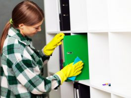empleada del limpieza de oficinas para empresa office cleaning employee for company cleaning staff cleaning lady