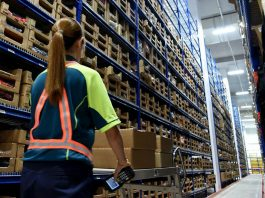 operarias de etiquetado labeling operators operarias de deposito moza de almacen warehouse operator