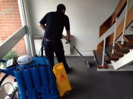 operario de limpieza para centro de salud especializado addetto alle pulizie per centro sanitario specializzato cleaning operator for specialized health center