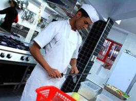 Ayudante de cocina kitchen assistant female and male staff