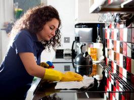 empleada de limpieza cleaning lady