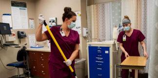 empleados de limpieza en centro de salud cleaning
