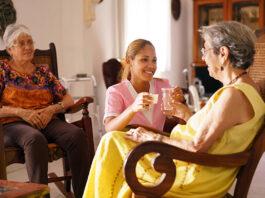 cuidadora con cama cuidadora de adultos mayores home care elderly caregiver gerocultora cuidadora interna