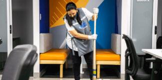empleada de lijmpieza cleaning employeee in office