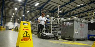 empleada de limpieza industrial cleaning