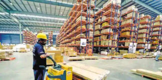 empleados de bodega warehouse