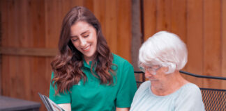 cuidadora de adulta mayor female home caregiver of older adults