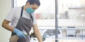 empleada de limpieza en oficinas cleaning employee in office
