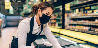 empleada de limpieza en supermercado cleaning employee in supermarket