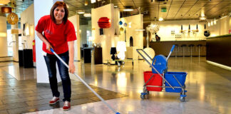 miscelaneo(a) personal de limpieza de centro comercial mall cleaning staff female and male staff shopping cleaning staff