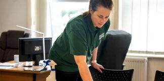 personal de limpieza en compañia cleaning employee in company
